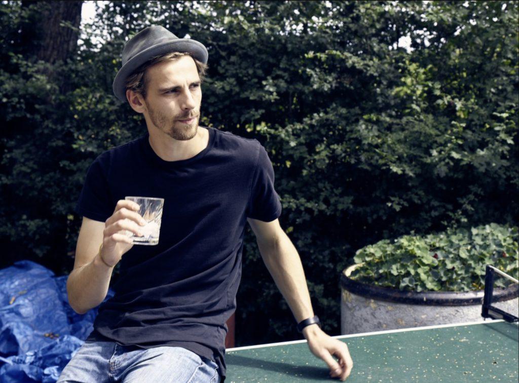 Fynn Kliemann mit einem Glas in der Hand