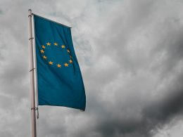 Eine Flagge der Europäischen Union weht im Wind
