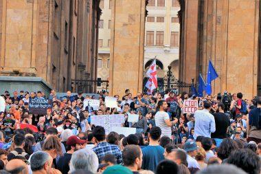 Zuletzt gab es 2019 massive Proteste gegen die amtierende Regierung. Oppositionspolitiker rufen zu neuen Demonstrationen auf. - Foto: Wikimedia / George Melashvili / CC-BY SA