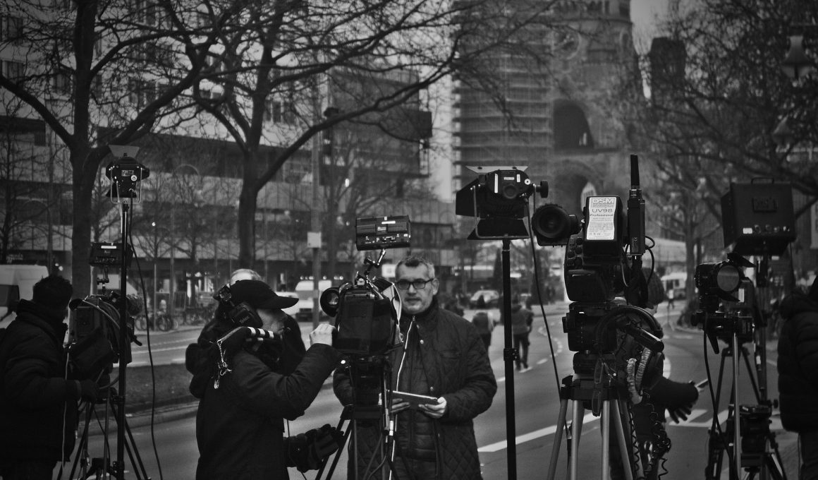 Journalisten vor Kameras