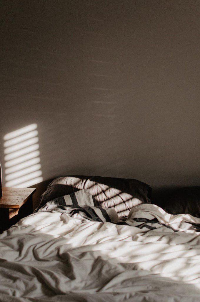 Bett, Licht fällt durch ein Fenster