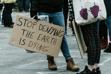 Demonstranten mit Schild