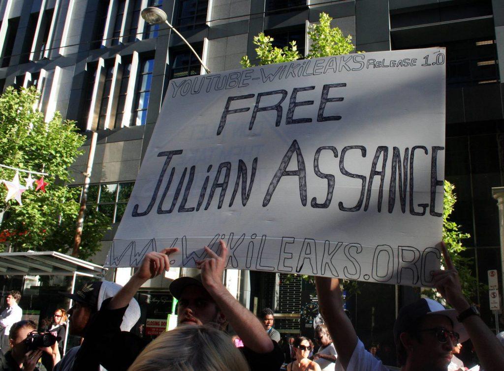 Demonstrant:innen fordern die Freilassung von Julian Assange - wie hier vor über 10 Jahren am 14. Dezember 2010 in London. - Foto: John Englart (CC BY-SA 4.0)