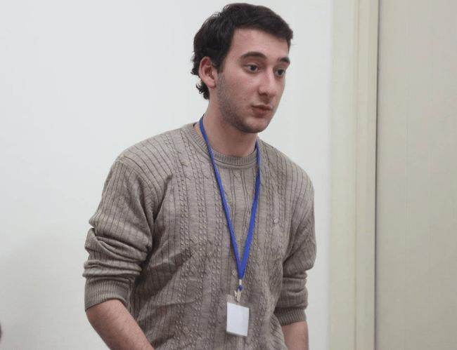 """Jarji, der seine Meinung zur Wahl in Georgien mit """"Der Jungreporter"""" teilt"""