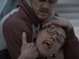 """In der Serie geht es nicht nur friedlich zu, hier: Schwulenfeindliche Gewalt - Foto: Screenshot aus der Webserie """"Kuntergrau"""""""