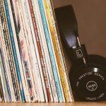 Schallplattensammlung mit Kopfhörer