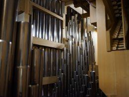 """Orgel der Kirche """"Heiligste Dreifaltigkeit"""" in Fraulautern, Saarland von innen"""