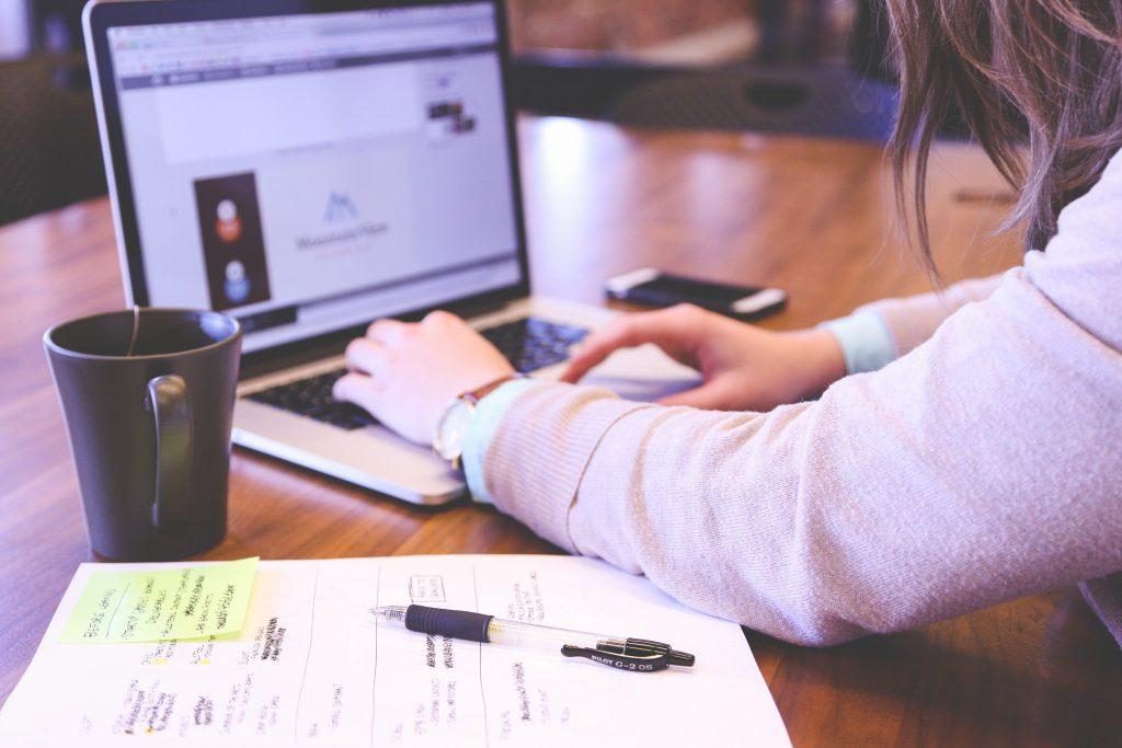Schülerin arbeitet am Schreibtisch