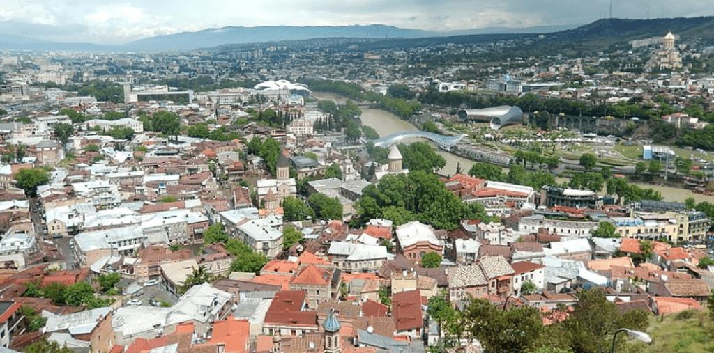 Georgiens Hauptstadt Tbilissi aus der Vogelperspektive
